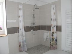 sdb avec douche à l 'italienne et wc au rez de chaussée