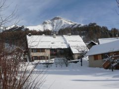 bel appartement avec vue sur la vallée et les montagnes.
