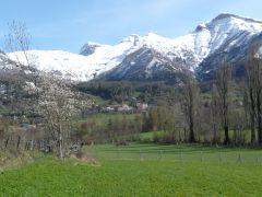 vue du village avec en arriére plan le parc des écrins