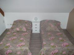 chambre avec armoire