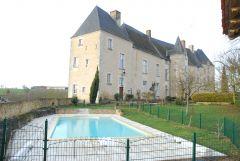 piscine dans la cour du château