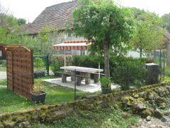 jardin d'été avec barbecue et auvent.