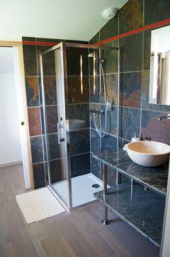 Salle de bains de la chambre simple.