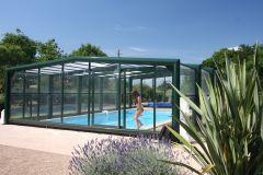 La piscine couverte dans son jardin