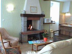 Salon avec cheminée ouverte