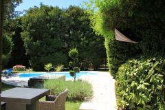 Rêpos et intimité au bord de la piscine