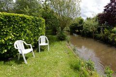 rivière bordant la propriété