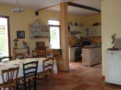 salle à manger et vue sur la cuisine