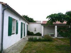 La façade côté jardin avec le préau
