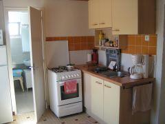 vue de la cuisine vers la salle d'eau