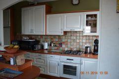La cuisine aménagée ouverte sur le séjour
