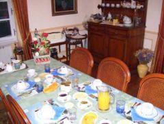 table petit déjeuner dans salle d'accueil