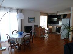 Salle-à-manger et cuisine avec îlot