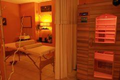 Espace bien-être avec sauna et cabine de massage