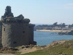 le Vieux Château et la plage des Sabias
