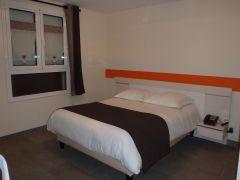 chambre avec un grand lit pour 1 ou 2 personnes.