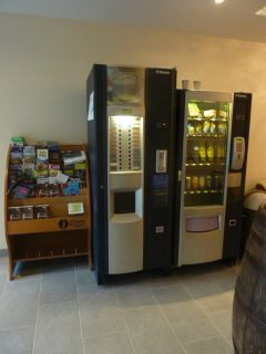 Une documentation sur la région et un distributeur de boisson chaude et froide.