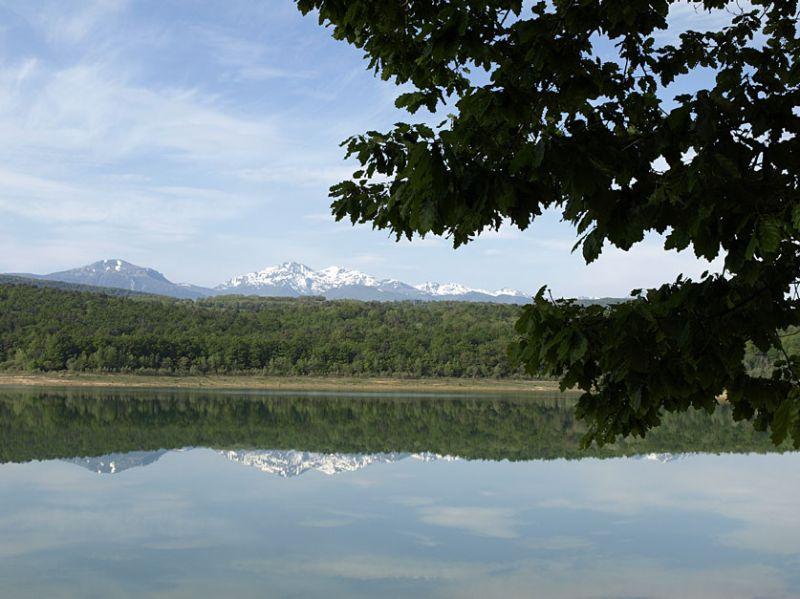Le lac avec vue sur les montagnes