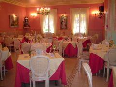 grande salle de restaurant avec baie