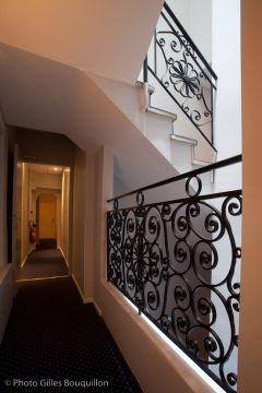 Un couloir qui mène aux chambres