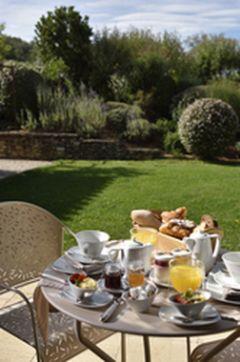 Petit déjeuner continental en terrasse