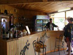 Service au bar du camping