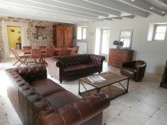 grand espace salon avec cheminée