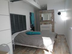 Les chambres avec leur douche à l'italienne et leur wc privé