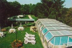 Piscine couverte et sa terrasse