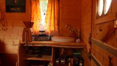 Un petit évier et un espace rangement