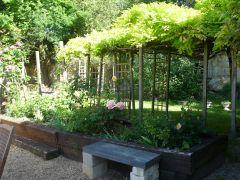 Le jardin du gite avec ses troglodytes