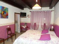 grande chambre romantique très grand lit agrée Gîte de France, salle bain avec baignoire. Télé et Wifi
