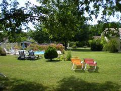 autre vue du parc et piscine