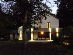 Jardin du gîte de nuit avec éclairages
