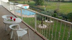 terrasse avec vue sur piscine et montagne