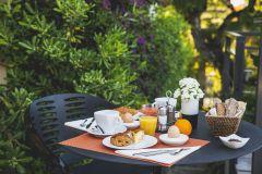 petit-déjeuner en extérieur aux Terrasses du BAILLI***