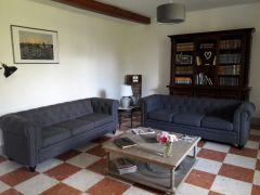 Salon cosy avec bibliothèque