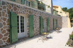 Entrées des chambres sur la terrasse