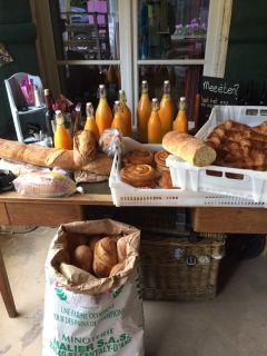 Domaine Le Bost Pain et jus d'orange frais
