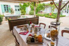 Petit déjeuner sur la terrasse couverte