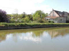 la amison au bortd du canal