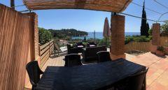 Terrasse ombragée vue mer