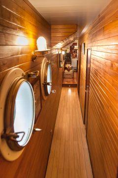 Couloir desservant les cabines