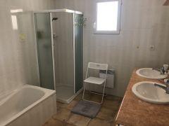 La salle de bain des chambres romantique et bleue